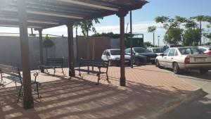 Zona de descanso y aparcamientos.